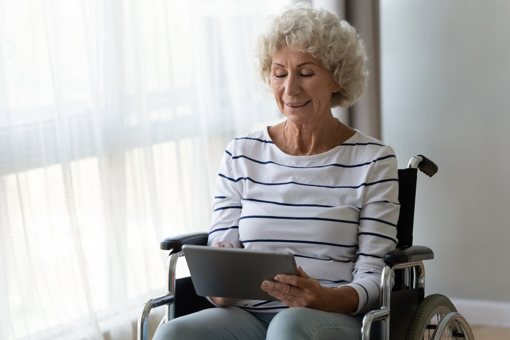 woman speaking with her physical therapist over a tablet
